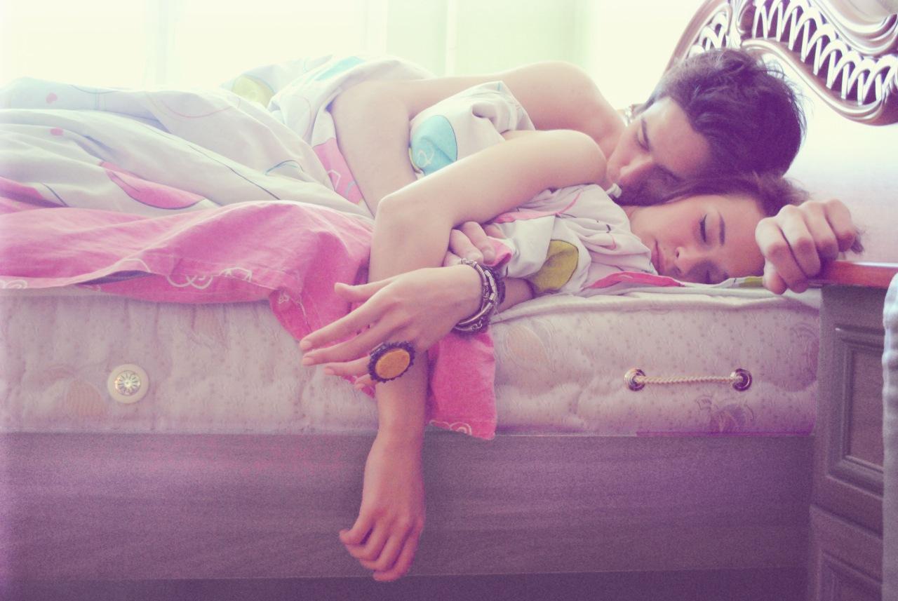 Сестра крепко спит, Брат трахнул младшую сестру пока она спит 19 фотография