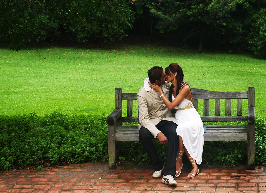 Поцелуи на скамейке картинки