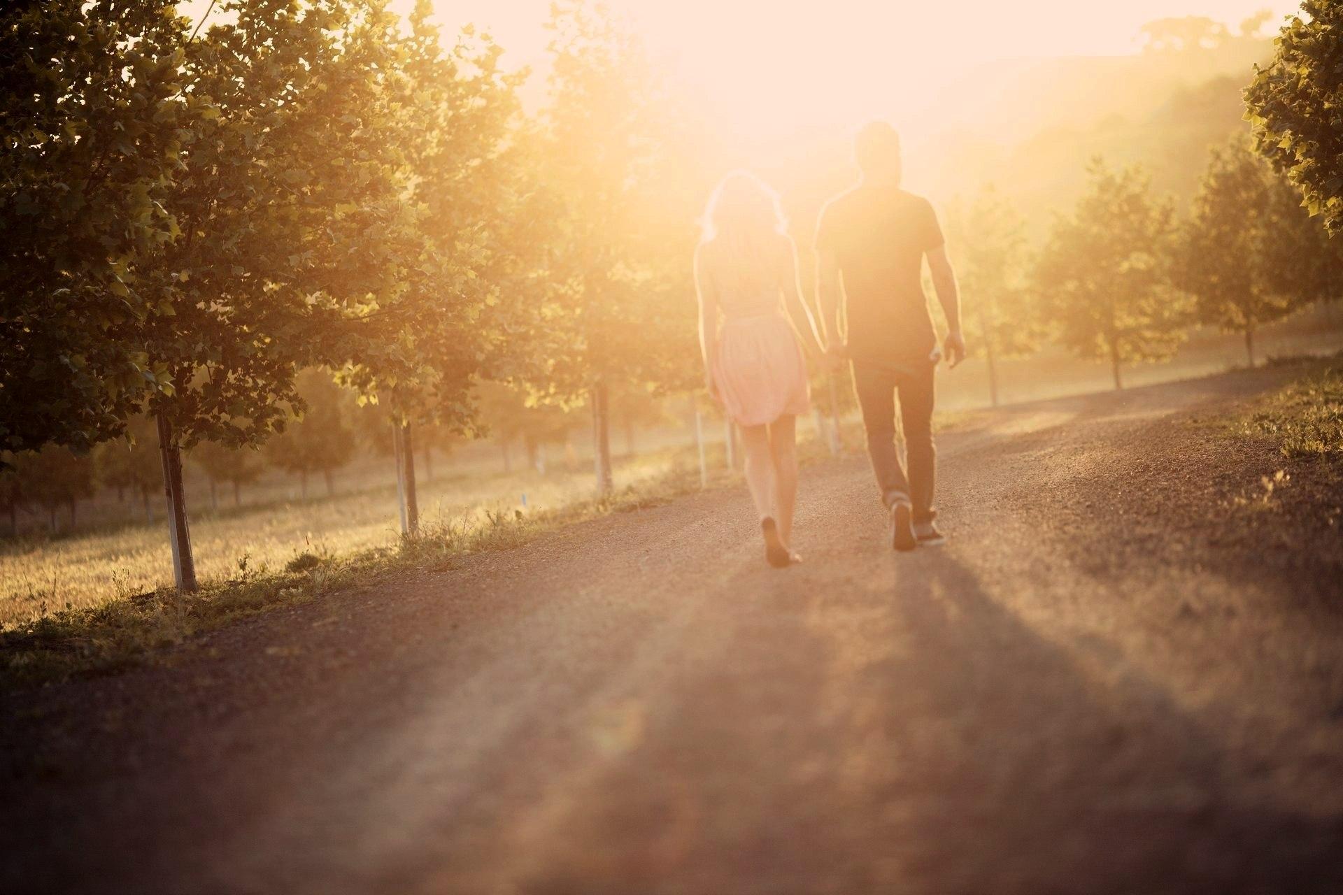 картинка двое идут по дороге со спины хорошую ухоженную