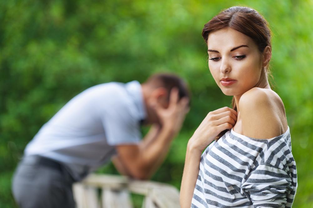 Мужчина может оказывать давление на женщину